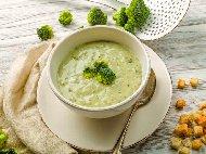 Рецепта Зеленчукова крем супа от броколи, карфиол картофи и моркови, поднесена с домашни крутони